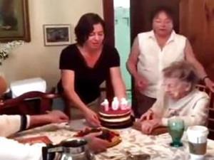 102岁生日吹掉假牙 虽搞笑但还是祝老奶奶永远开心快乐