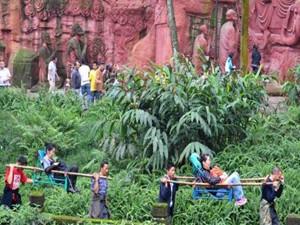 乐山大佛接待近60万游客 国庆长假第五日迎来游客高峰