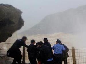 男子壶口瀑布跳下 目前无生命危险只是跳河原因尚未清楚
