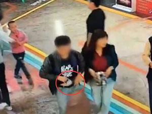 女子捡手机塞同伴裤裆 监控曝光女子恶心行为