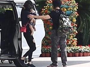 baby抱娃现身机场  网友点评看抱娃姿势还是合格的妈妈
