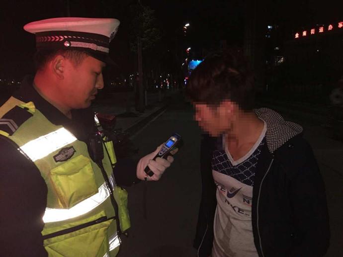 男子网评交警被抓