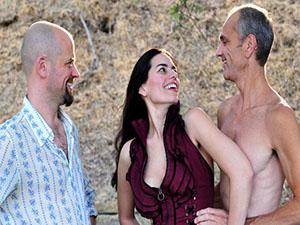 34岁女一妻二夫三人同睡一张床 成特殊家庭且相处得非常融洽