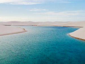 沙漠凭空出现湖泊 无人机拍摄下现罕见美景