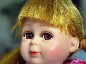 阳台黑压压一片吓傻路人 走近一看全是洋娃