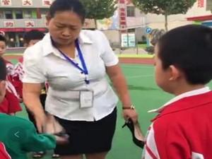 女教师脱高跟鞋打小学生 素质底下的教师会害人一生