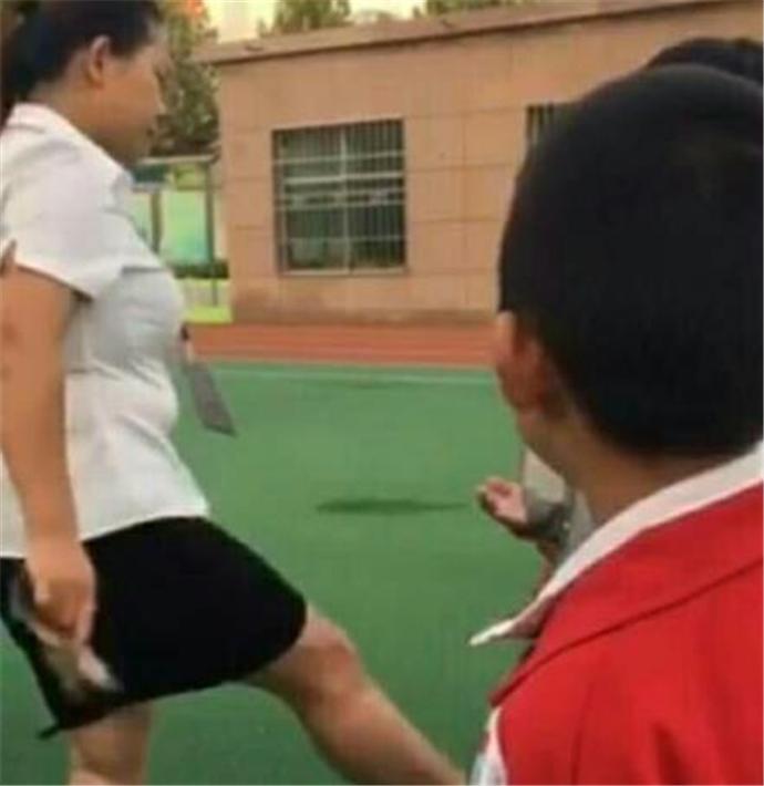 女教师脱高跟鞋打小学生