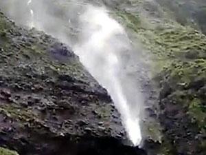 瀑布被吹倒流现奇观 市民拍到瀑布倒流画面