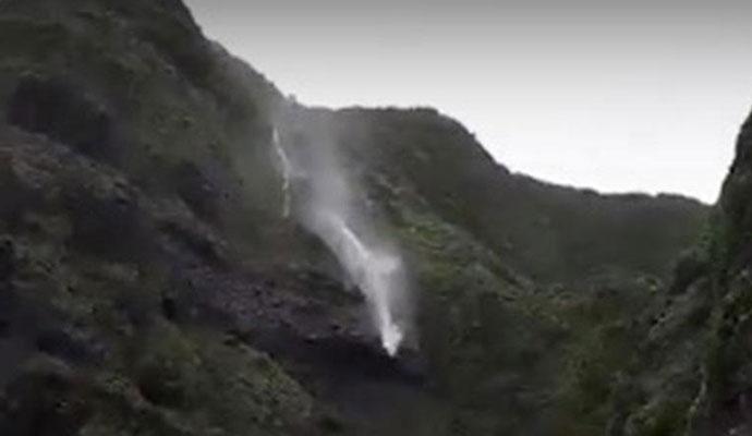 瀑布被吹倒流