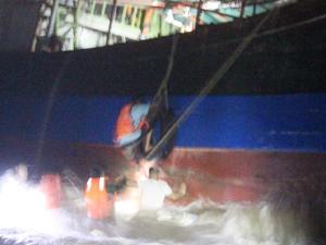 武警台风巨浪中爬绳救人 船只搁浅倾斜惊涛骇浪情况危急