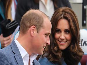 凯特王妃挺孕肚出席活动 心情大好和小熊跳