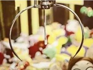 娃娃机里抓出真娃娃 小孩诡异爬进了娃娃机