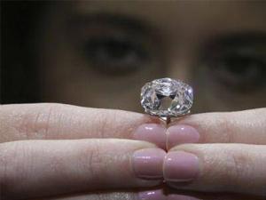 法冠冕粉钻将拍卖 有多位国王皇后戴过见证上百年欧洲历史