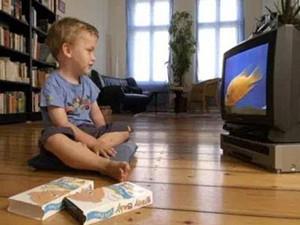 沉迷电视长成眯眯眼 医生呼吁儿童要远离电子产品
