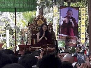 村民排队瞻仰泰国高僧 闭关修行3年后出洞长发飘飘