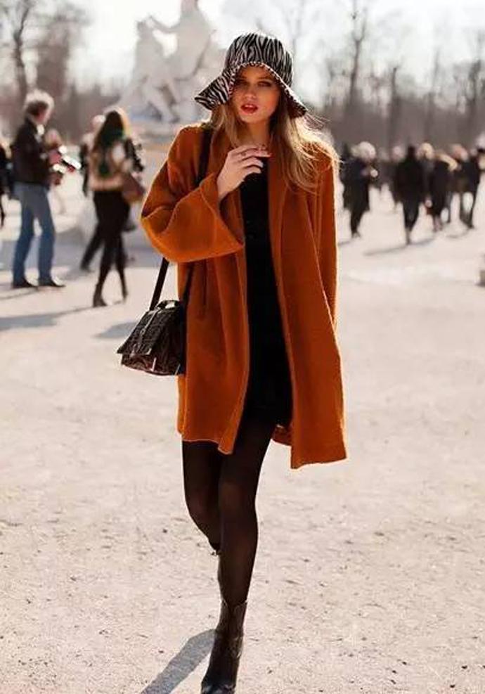 焦糖色外套搭配黑色更时尚