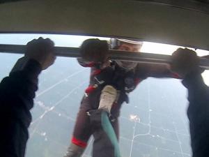 跳伞时将朋友踹下飞机 庆祝第四百跳出其不意令人捧腹大笑