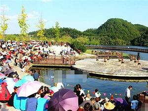 村民自办舞林大会 上千观众打伞观看现场壮观表演也精彩有活力