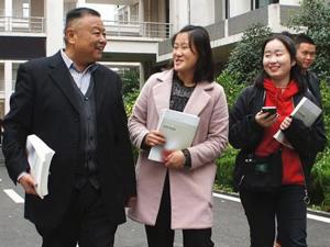 61岁老人成大学新生 努力备考以优异成绩实