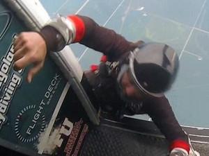 男子跳伞时将朋友踹下飞机 这样的损友你敢要吗