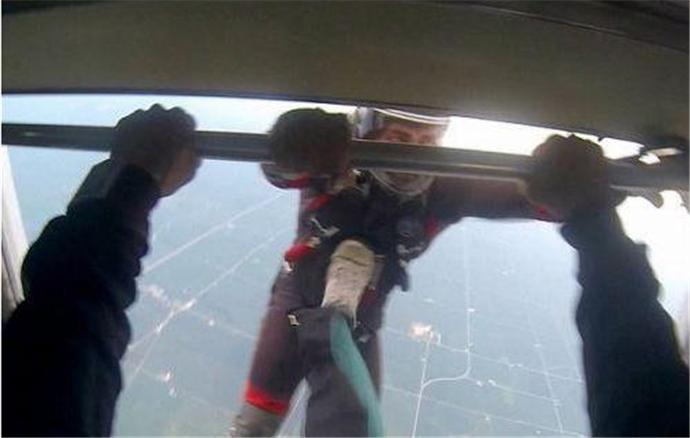 跳伞时将朋友踹下飞机