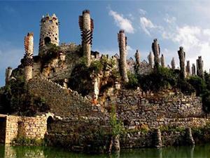 78岁老人建石头城堡 为圆梦从不言弃现已完成大半画面美腻了