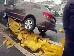 司机开车犯困飞上护栏 隔离桩粉碎一地车祸现场惨不忍睹