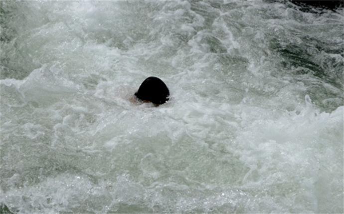 男子把前妻推下河致其死