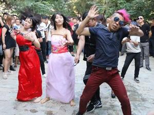尬舞在尴尬中退潮 曾经红遍大江南北的舞蹈现在已无人观看