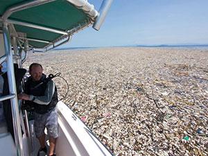 塑料海洋触目惊心 餐盒塑料袋等垃圾铺满海