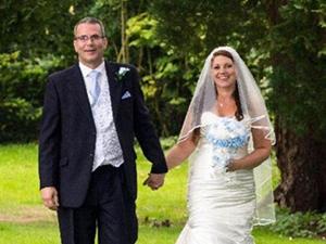 新娘穿婚鞋折断脚趾 微笑表示过程虽伴随疼