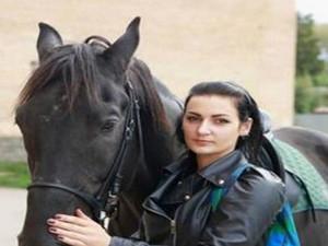 俄美女骑马送快递 她表示淘宝改变了俄罗斯