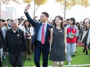 刘强东参加母校校庆 与奶茶妹妹二人冰火两重天