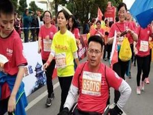 男子坐轮椅跑完马拉松 身残志不残感动网友