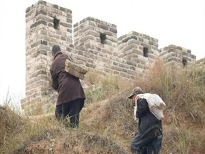 两位老人拆自己院子补长城 声称是为当年的