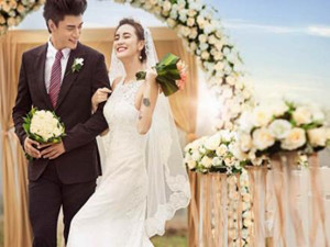 新娘在婚礼哭昏倒地 前男友心疼新娘实力抢