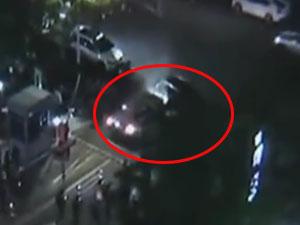女司机堵收费口男子撞出路 男子5次怒撞豪车原因曝光