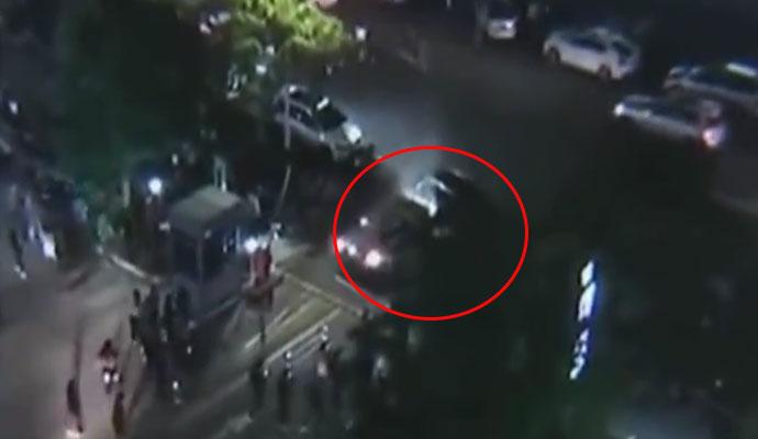 女司机堵收费口男子撞出路 男子5次怒撞豪车原因