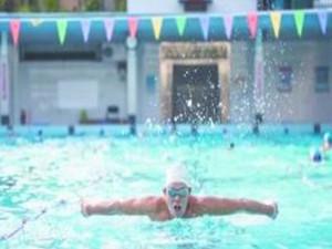 广东老伯77岁胜似小鲜肉 凭游泳保持健壮身