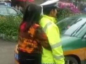 霸道女司机违停被查不服 拦停警车威胁民警场面失控