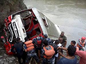 尼泊尔客车坠河致31人死亡 获救者讲述坠河惊险过程