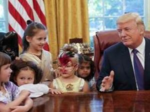 记者子女到白宫过万圣节 和总统一起瞬间冷场