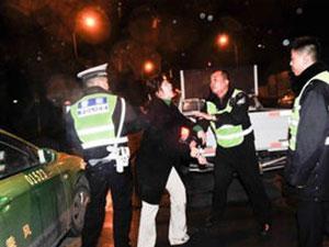 女司机遇盘查撞交警 被拦后使出各种招数欲逃责罚