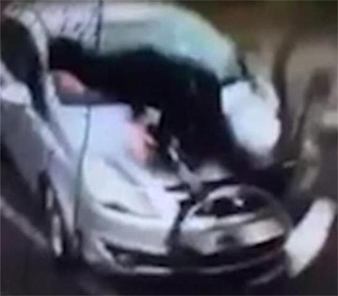 男孩欲骑车跃过汽车被撞飞