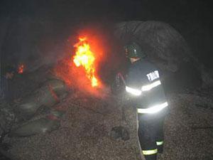 货车载30吨瓜子起火 火灾现场一片狼藉瓜子散落一地