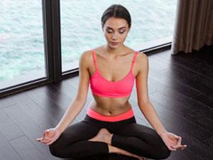 打坐的好处 可塑女性胸部线条可改善痛经