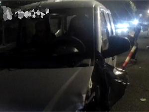 司机被远光灯闪瞎眼 直接连撞10余截护栏现场一片狼藉