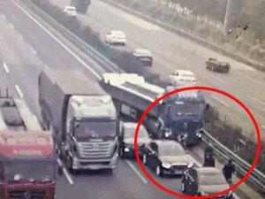 3只羊致4人死 高速遇意外三车追尾后被大货车猛撞