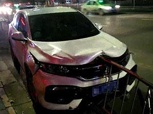 白色轿车撞上护栏致变形 司机玩消失车祸现场曝光
