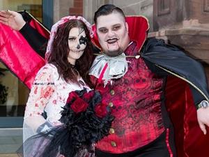 夫妻恐怖主题婚礼 新人扮成僵尸宾客同样吓